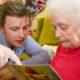 visiteur de personnes âgées
